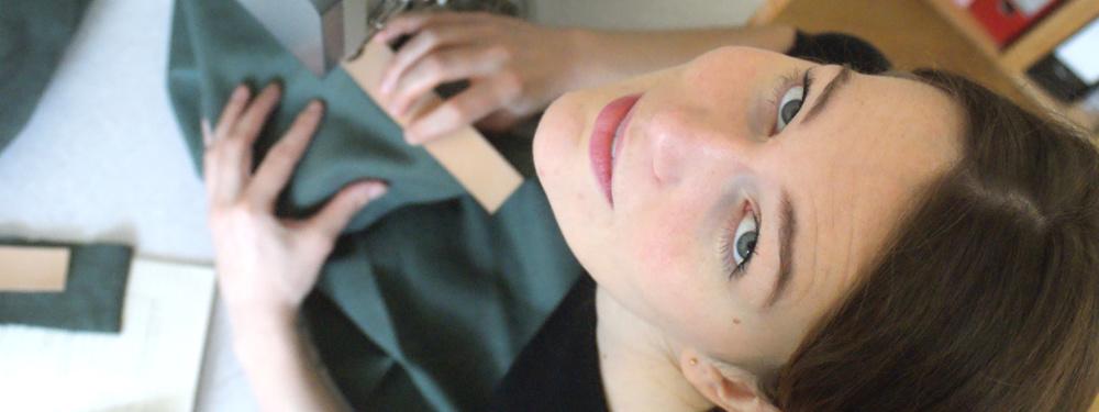 Das ist Miriam-Isabel Fuchs an der Nähmaschine.