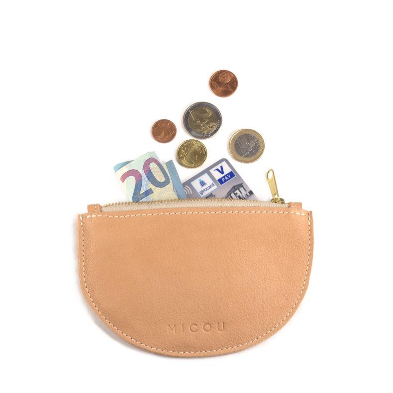 Das ist Portemonnaie Lara in Nude mit Geld und Kreditkarte.