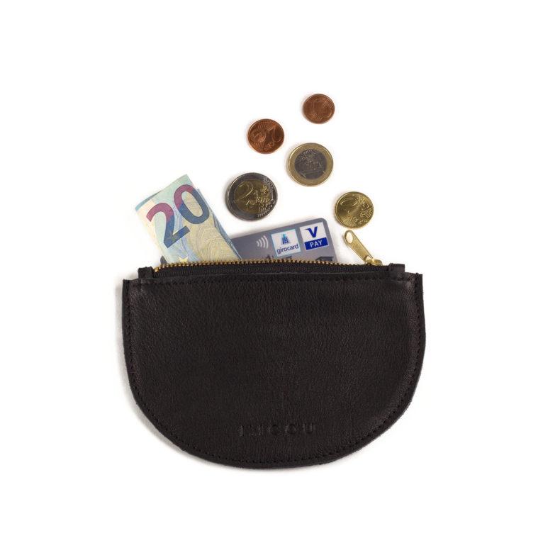 Das ist Portemonnaie Lara in Schwarz mit Geld und Kreditkarte.