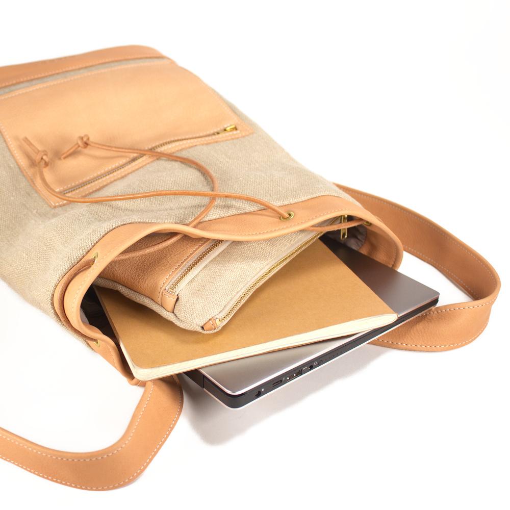 Das ist Rucksack Coco in Natur und Nude geöffnet.